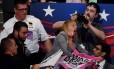 Fogo amigo. Manifestante é contida por seguranças durante a convenção republicana, em Cleveland, em Ohio: alguns membros anti-Trump vão votar na rival