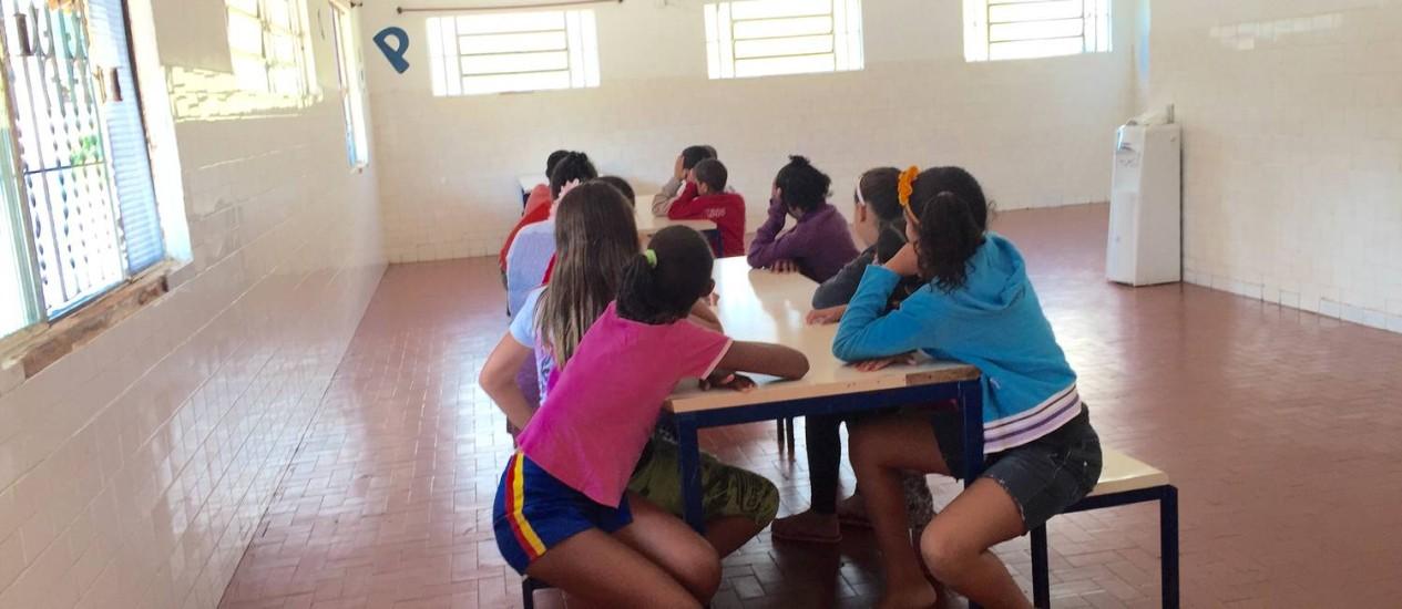 Crianças e adolescentes ocupam o refeitório da Associação Nova Vida: abrigo ficou sem psicólogo durante sete meses Foto: Selma Schmidt / Selma Schmidt
