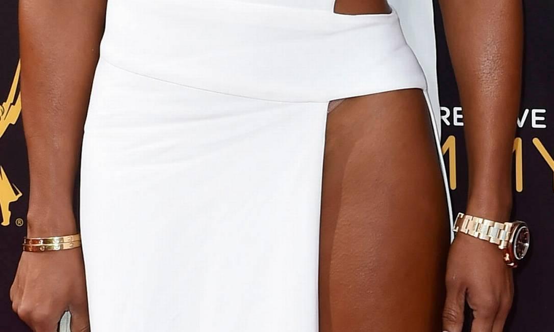 Mais de perto, a fenda acabava revelando a lingerie nude da cantora GUS RUELAS / REUTERS