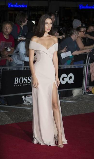 """Na semana passada, Bella, que até agora não apareceu na semana de moda de Nova York, esteve em Londres para participar da premiação da revista """"GQ"""". Para a ocasião, escolheu um vestido com fenda, hit da vez (e quando não é?) entre as celebridades Joel Ryan / AP"""