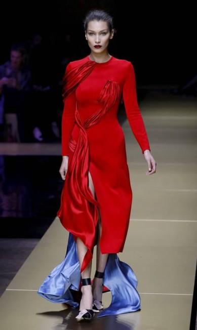 Bella Hadid também esteve na temporada de alta-costura de Paris. desfilou para a Versace PATRICK KOVARIK / AFP