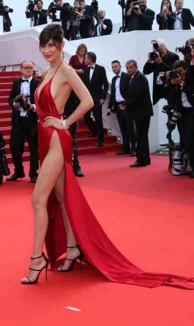 No último Festival de Cannes, Bella, sem lingerie, roubou a cena ao levar fenda e decote ao limite Joel Ryan / AP