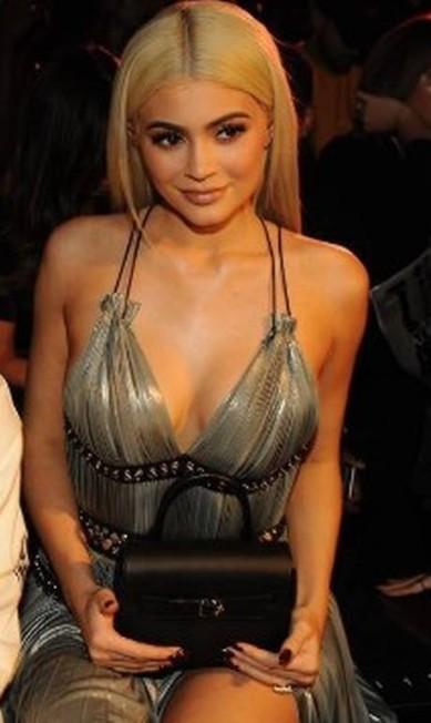 Mais de Kylie, que apostou em decote poderoso Reprodução/ Instagram
