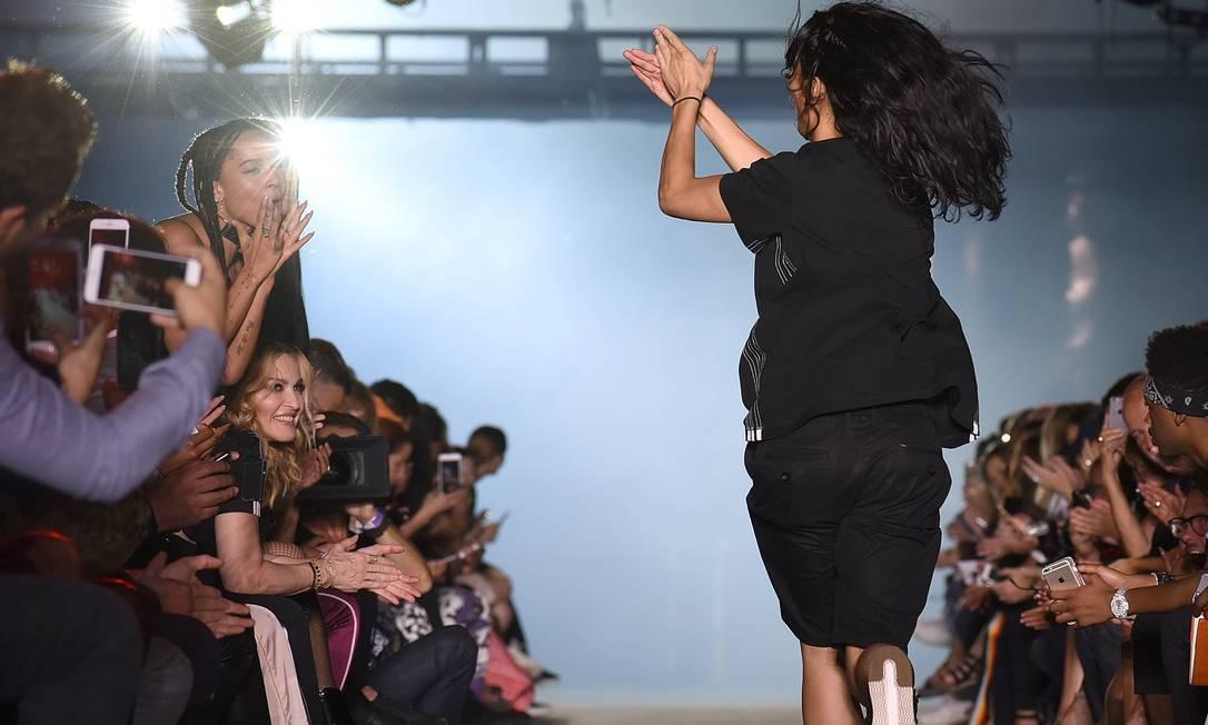 Zoë Kravitz (de pé), filha de Lenny Kravitz, era a mais animada da primeira fila. Madonna estava sorridente Diane Bondareff / AP