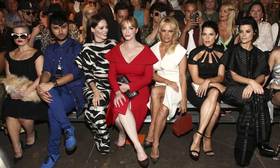 """No desfile de Christian Siriano, Pamala ficou sentada entre Christina Hendricks (da série """"Mad Men"""") e Neve Campbell (da franquia """"Pânico"""") na fila A. Dylan Jagger Lee ficou na segunda fila fazendo fotos Andy Kropa / Andy Kropa/Invision/AP"""