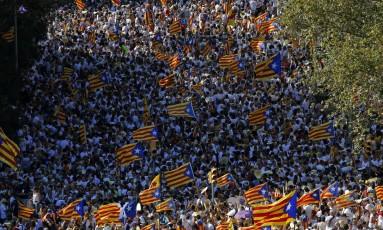 Multidão balança bandeiras independentistas em protesto pela separação da Catalunha Foto: Manu Fernandez / AP