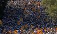 Multidão balança bandeiras independentistas em protesto pela separação da Catalunha