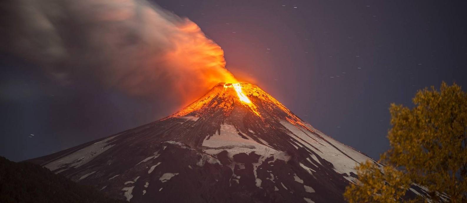 Erupção do vulcão Villarrica no Chile, em março de 2015, que forçou a evacuação de cerca de três mil pessoas: novo mapa será fundamental para a melhor compreensão da sismologia e do vulcanismo no continente Foto: FRANCISCO NEGRONI / AFP/FRANCISCO NEGRONI/3-3-2015