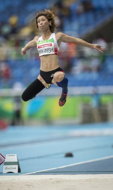 Os braços parecem asas para a atleta do salto em distância, classe T44 Hermes de Paula / Agência O Globo