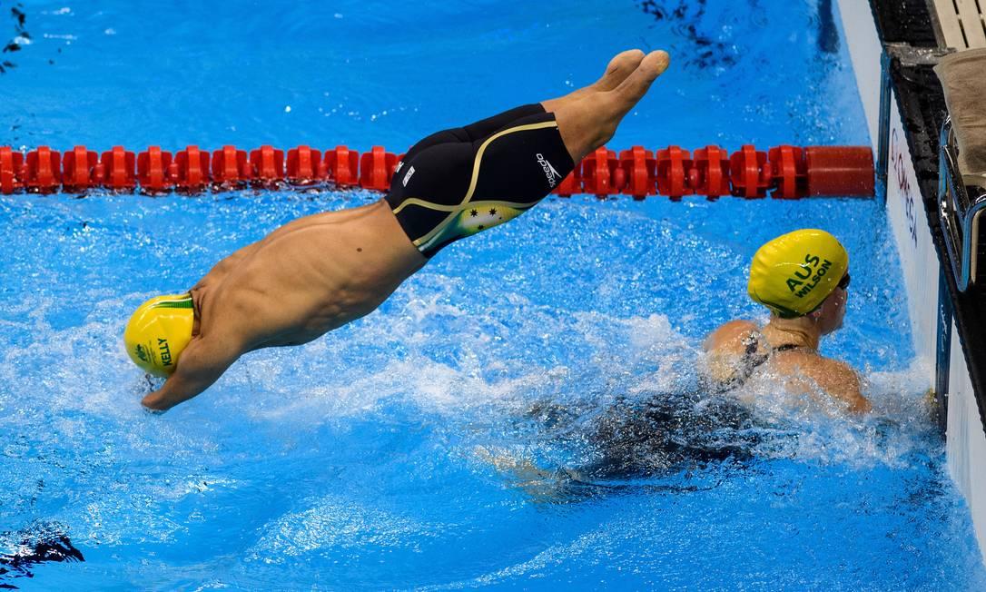 O australiano Ahmed Kelly mergulha após a companheira de equipe Kate Wilson tocar na borda da piscina em prova de revezamento misto 4x50m livre Bob Martin / AP