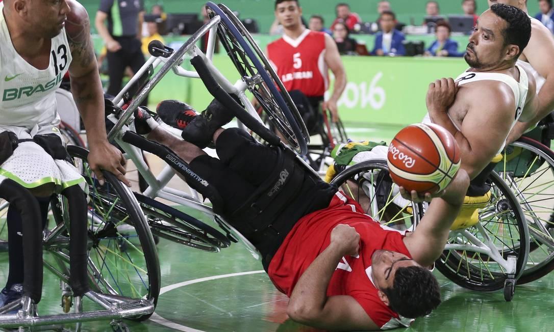 Jogador do Irã capota em disputa pela bola no jogo que o Brasil venceu por 73 a 50 Monica Imbuzeiro / Agência O Globo