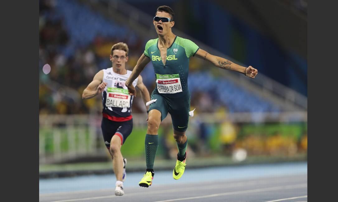 Rodrigo Parreira da Silva sai do chão para levar o bronze na prova de 100m da classe T36 do atletismo Monica Imbuzeiro / Agência O Globo