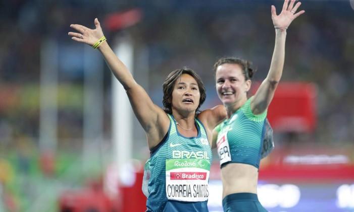 A brasileira Teresinha de Jesus comemora seu bronze nos 100m rasos feminino na categoria T47 Foto: Márcio Alves / Agência O Globo
