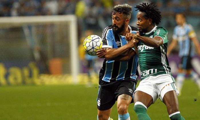 Os veteranos Douglas, do Grêmio, e Zé Roberto, do Palmeiras: 0 a 0 em jogo animado em Porto Alegre Foto: Rodrigo Rodrigues / Grêmio FBPA