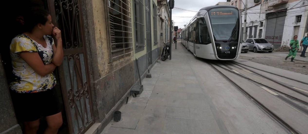 A chegada do VLT às ruas internas dos bairros da Região Portuária não foi acompanhada pela revitalização que transformou o trecho da orla Foto: Custódio Coimbra / Agência O Globo