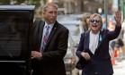 Hillary Clinton deixa apartamento da filha ao lado de assessor após passar mal em cerimônia para vítimas do 11 de Setembro Foto: BRIAN SNYDER / REUTERS
