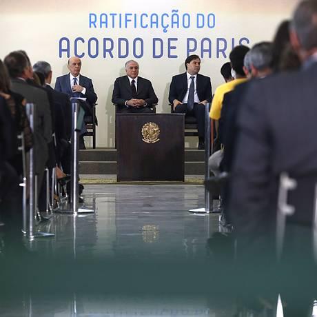 O presidente Michel Temer, entre o ministro das Relações Exteriores, José Serra, e o presidente da Câmara, Rodrigo Maia, durante ratificação do acordo Foto: Jorge William / Agência O Globo