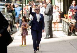 Hillary Clinton acena para o público após deixar o prédio de sua filha em Nova York Foto: Andrew Harnik / AP
