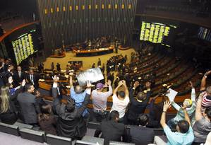 Servidores do Judiciário protestam nas galerias da Câmara, durante uma sessão realizada em agosto Foto: Givaldo Barbosa / Agência O Globo / Arquivo / 02/ 08/2016