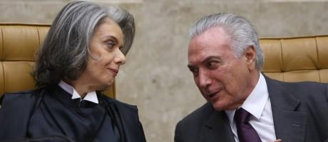 A ministra Cármen Lúcia conversa com o presidente Temer na cerimônia em tomou posse como presidente do Supremo Tribunal Federal (STF) Foto: Andre Coelho / Agência O Globo