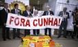 Deputados da oposição fazem protesto contra Eduardo Cunha no Salão Verde da Câmara. Os deputados do PSOL Chico Alencar (RJ) e Ivan Valente (SP), respectivamente primeiro e segundo da direita para a esquerda, lideram o ato
