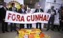 Deputados da oposição fazem protesto contra Eduardo Cunha no Salão Verde da Câmara. Os deputados do PSOL Chico Alencar (RJ) e Ivan Valente (SP), respectivamente primeiro e segundo da direita para a esquerda, lideram o ato Foto: Jorge William / Agência O Globo