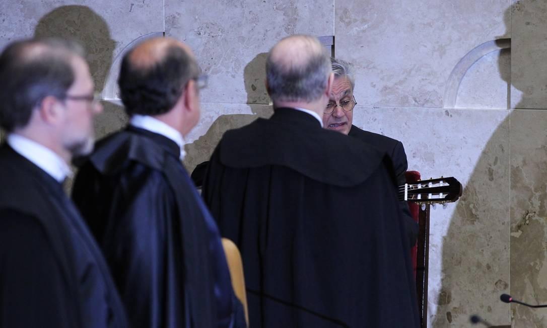 Caetano canta o hino nacional Foto: Aílton de Freitas