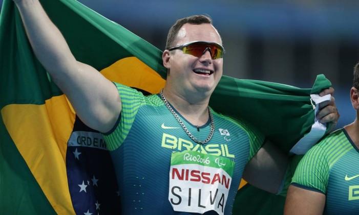 Rodrigo Silva comemora seu ouro no lançamento de disco Foto: Márcio Alves / Agência O Globo