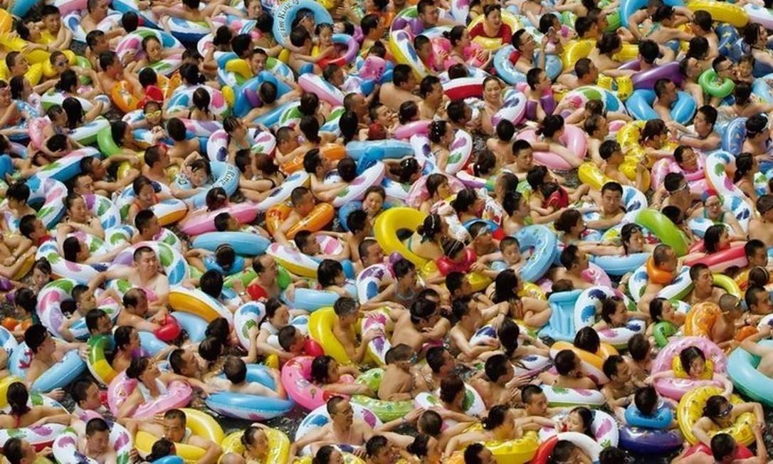 Plano aéreo. Imagem de uma piscina na China: união entre o geral e o íntimo Foto: Reprodução