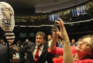 A deputada Maria do Rosário fotografa um 'pixuleco' do deputado Eduardo Cunha. Foto: Ailton de Freitas / Agência O Globo