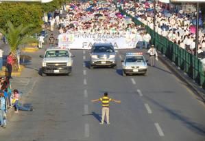 Menino de 12 anos tenta deter manifestantes Foto: Manuel Rodriguez/ Reprodução Facebook