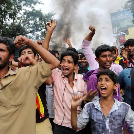 Carros foram queimados e um manifestante morreu, segundo a AP Foto: Aijaz Rahi / AP