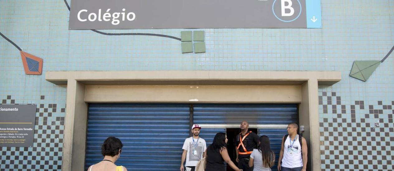 No bairro Colégio, a estação do metrô com os portões fechados Foto: Márcia Foletto / Agência O Globo