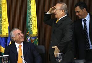 Ministro da Casa Civil, Eliseu Padilha, bate continência para o presidente Michel Temer na reunião conselho do PPI Foto: Jorge William/Agência O Globo