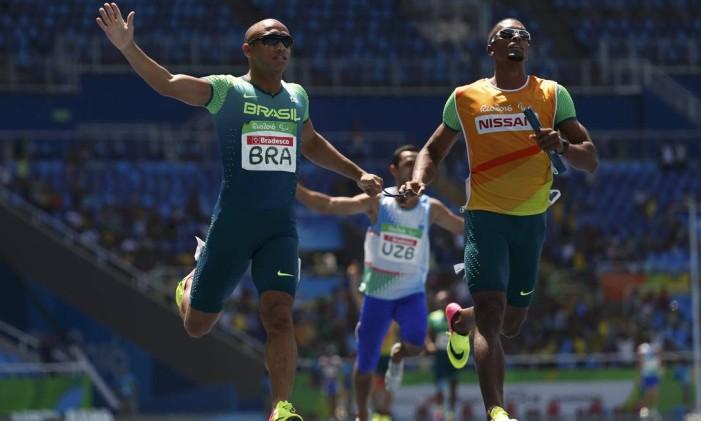 Diogo Ualisson Jeronimo da Silva, Gustavo Henrique Araujo, Daniel Silva e Felipe Gomes levaram o ouro no revezamento 4x100m, classes T11 a T13 Foto: RICARDO MORAES / REUTERS