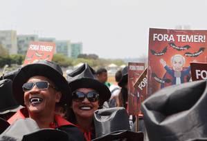 Manifestantes pedem o fim da PEC 241 e do projeto de lei 257/2016, medidas encampadas pelo governo Temer Foto: Michel Filho / Agência O Globo
