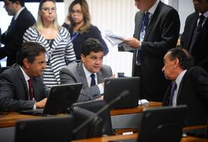 Os autores da PEC, senadores Aécio Neves (e) e Ricardo Ferraço, conversam com o relator, Aloysio Nunes Ferreira, na reunião da CCJ Foto: Agência Senado