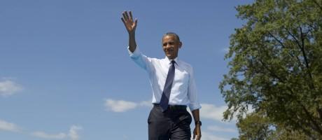 Barack Obama acena na chegada a comício para campanha presidencial de Hillary Clinton Foto: Carolyn Kaster / AP