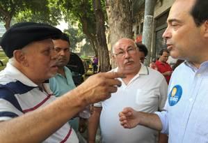 Osorio (PSDB) conversa com taxistas durante caminhada pelo Centro do Rio: candidato a prefeito foi questionado sobre disputa entre táxi e Uber Foto: Guilherme Ramalho