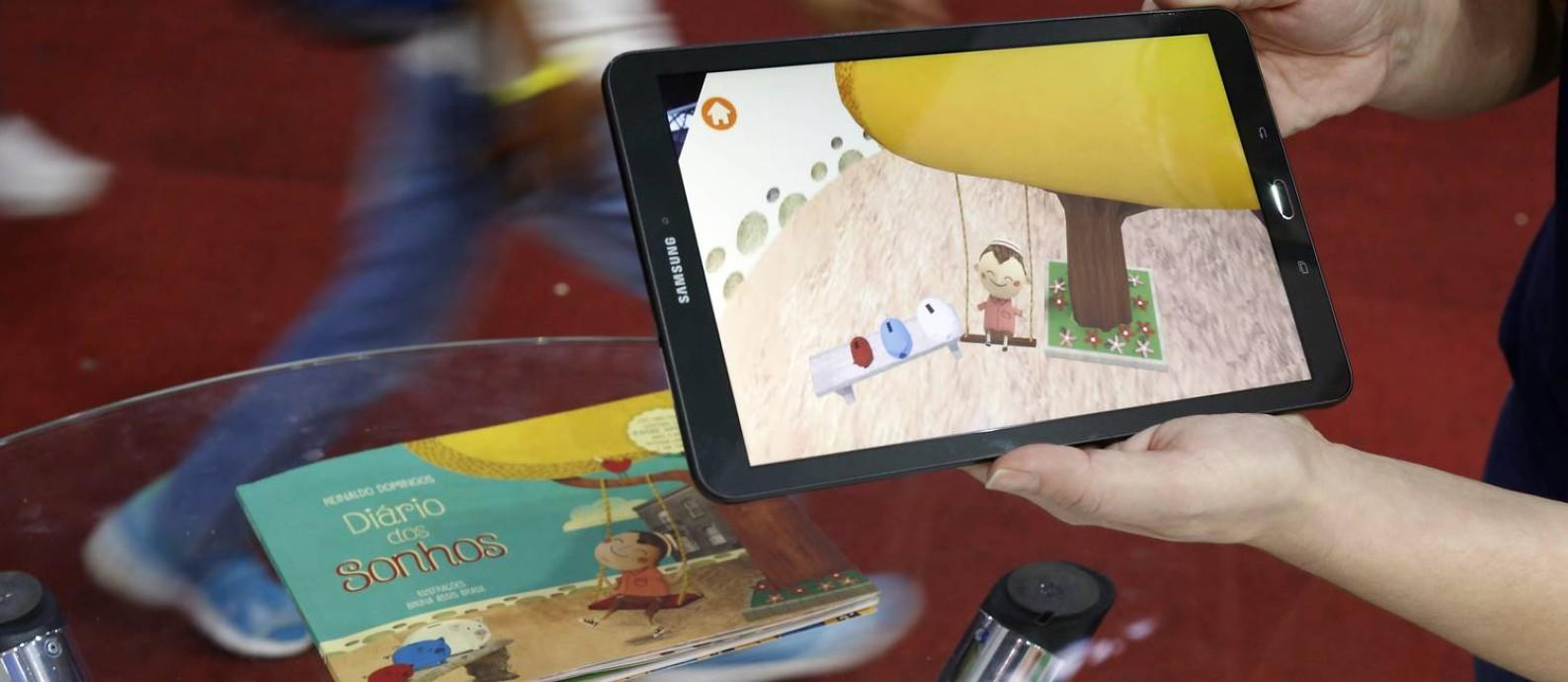 """Tecnologia didática. Apresentado na última Bienal do Livro, """"Diário dos sonhos"""" ensina educação financeira às crianças com desafios de realidade aumentada Foto: Agência O GLOBO / Edílson Dantas"""
