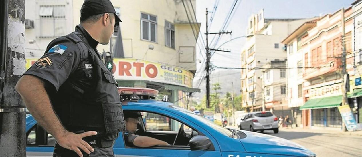 Policiais militares de prontidão na Rua do Bispo: índices de criminalidade na Grande Tijuca dispararam Foto: Márcia Foletto