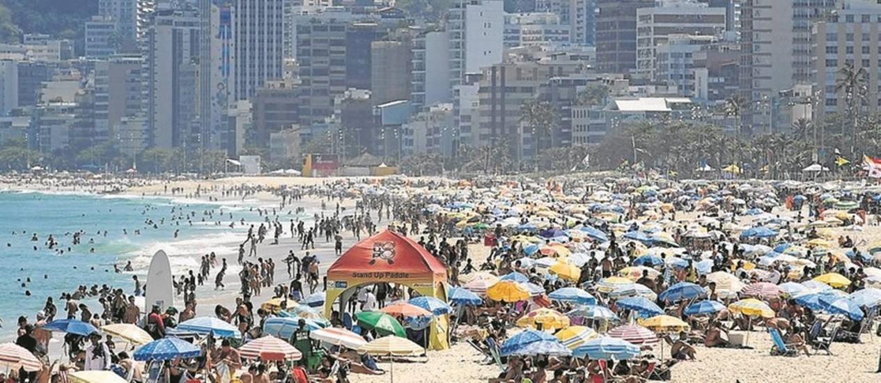 Banhistas enchem a Praia de Ipanema: previsão é que as altas temperaturas continuem Foto: Marcia Foletto