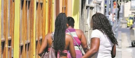 Mulheres chegam à Dcav para prestar depoimentos: denúncias contra coronel Foto: Fabiano Rocha
