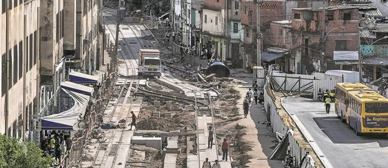 Na degradada Central do Brasil, trilhos do VLT já estão sendo instalados: atraso e esperança em futuro melhor num só lugar Foto: Alexandre Cassiano / Agência O Globo