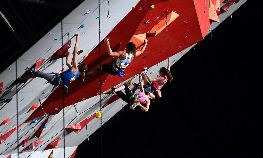 Atletas competem duante a rodada de qualificação no primeiro dia de competição MIGUEL MEDINA / AFP