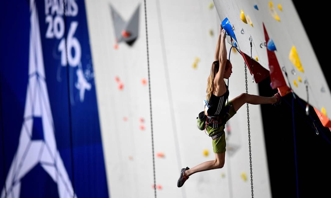 A austríaca Jessica Pilz se pendura na parede artificial MIGUEL MEDINA / AFP