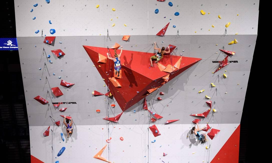 Atleta cai durante a escalada. Presa por corda só perde tempo MIGUEL MEDINA / AFP