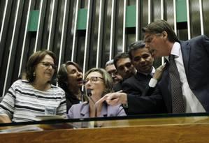 O deputado Jair Bolsonaro (PSC-RJ) discute com a deputada Maria do Rosário (PT-RS) no plenário da Câmara Foto: Givaldo Barbosa / Agência O Globo