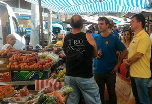 Freixo conversa com eleitores durante campanha na feira do Cachambi, Zona Norte do Rio Foto: Miguel Caballero