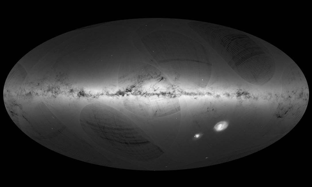 Vista geral da Via Láctea e de duas das suas galáxias-satélites, a Pequena e a Grande Nuvens de Magalhães, compilada com base nos dados acumulados pelo satélite Gaia no seu primeiro ano de operação Foto: ESA/Gaia/DPAC